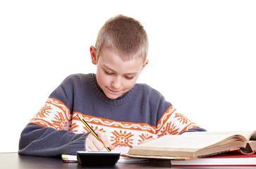 Fleißiges Kind macht Hausaufgaben