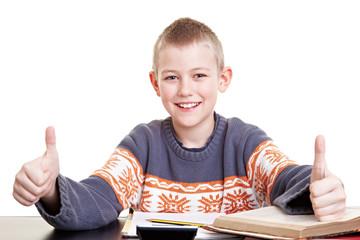 Erfolgreicher Schüler hält Daumen hoch