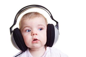 Baby mit großen Kopfhörern