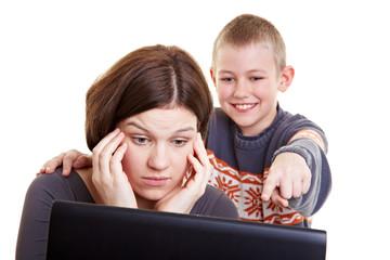 Kind erklärt seiner Mutter das Internet