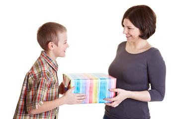 Mutter und Kind halten ein Geschenk