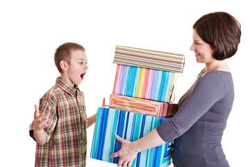 Sohn erhält Geschenke von Mutter