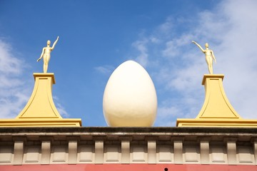 egg and golden women statues at Figueres