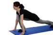 junge hübsche frau trainiert auf einer blauen yoga matte
