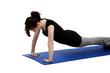 junge frau macht liegestütze auf einer blauen yoga matte