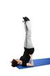 junge frau macht eine kerze auf einer blauen yoga matte