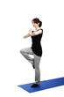 junge frau trainiert yoga auf einem bein