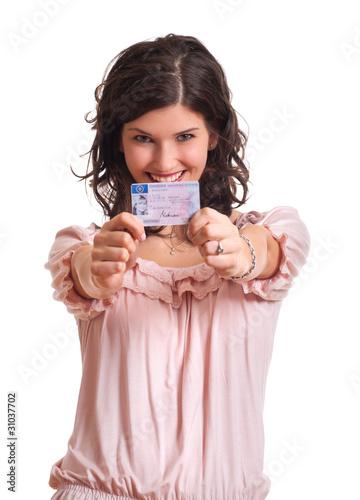 Frau zeigt ihren Führerschein