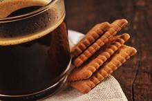 Svart kaffe och kex