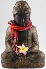 petit Bouddha fleuri, écharpe colorée autour du cou