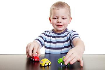 Junge spielt mit Spielzeugautos