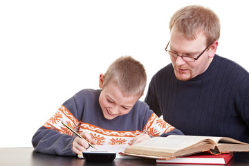 Vater hilft Sohn bei Hausaufgaben