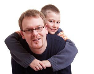 Vater trägt seinen Sohn Huckepack