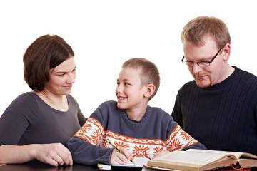 Eltern helfen Sohn bei Hausaufgaben