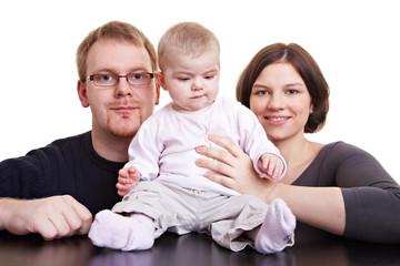 Eltern mit sitzendem Baby