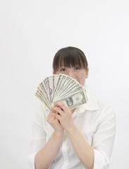 ドル紙幣で顔を隠す女性