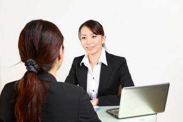 young japanese business woman confers/ミーティングをするビジネスウーマン