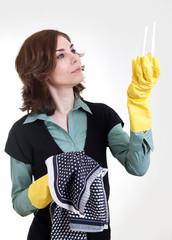 Frau kontrolliert Glas nach dem Abtrocknen