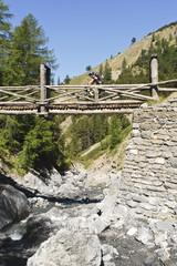 Bikerin überquert Brücke