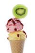 Vanilleeis und Erdbeereis mit Kiwi als Dekoration