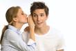 Frau und Mann flüstern