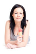 Liegende Frau mit einer Tüte Erdbeereis I