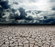 paisaje con nubes de tormenta y suelo seco - 31114333