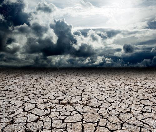 paisaje con nubes de tormenta y suelo seco