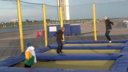 Trampolin springende Kinder
