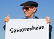 Seniorenheim - Rentner mit Schild