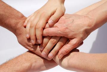 Mehrere Hände bilden einen Turm