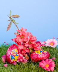 oeufs de pâques roses sur pelouse