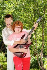 Парень шестнадцати лет с бабушкой на природе летом