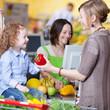 familie beim einkauf im supermarkt