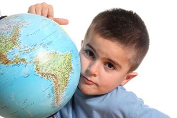 bambino con mappamondo