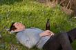 Junger Mann mit Alkohol und Nikotin