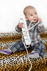 Baby mit Stromstecker