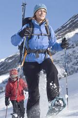Mutter mit Sohn beim Winterwandern
