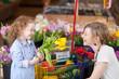 mutter und tochter mit tulpen im supermarkt