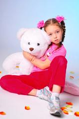Девоска с косичками и медведем
