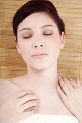 Beauty Frau liegt bei SPA und entspannt, Augen geschlossen