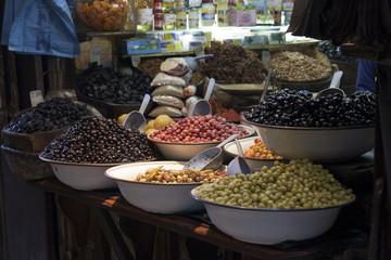 Oliven in der Medina von Fez in Marokko
