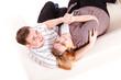 junges Pärchen auf dem Sofa kuschelnd