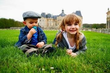 enfants dans l'herbe couleur 2