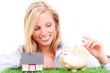 frau spart für ein eigenheim