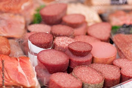 salami und schinken in der bedientheke