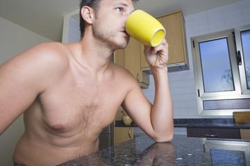 Bebiendo Cafe En Su Cocina