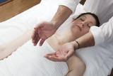 femme pendant une thérapie du chakra poster