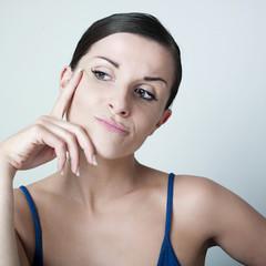 jeune femme critique pensive