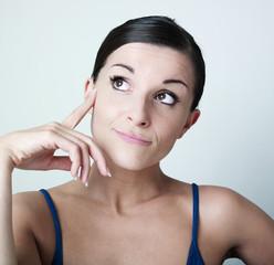 jeune femme songeuse main sur le visage